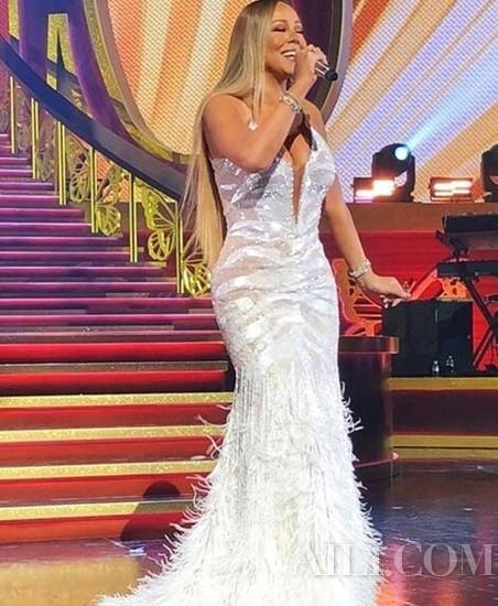 Mariah Carey身着Roberto Cavalli高定礼服裙亮相演出