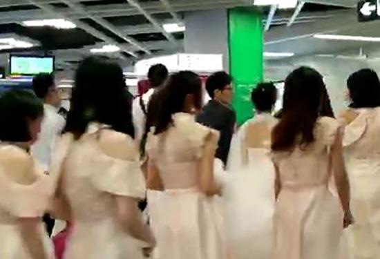 新娘乘地铁当婚车 此举得到多数人赞许
