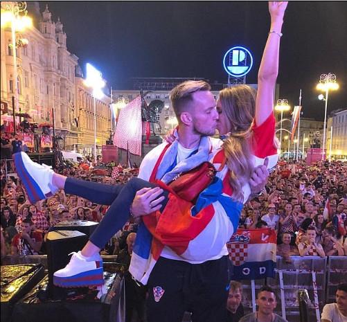 格子军团返国 克罗地亚举国迎接世界杯英雄