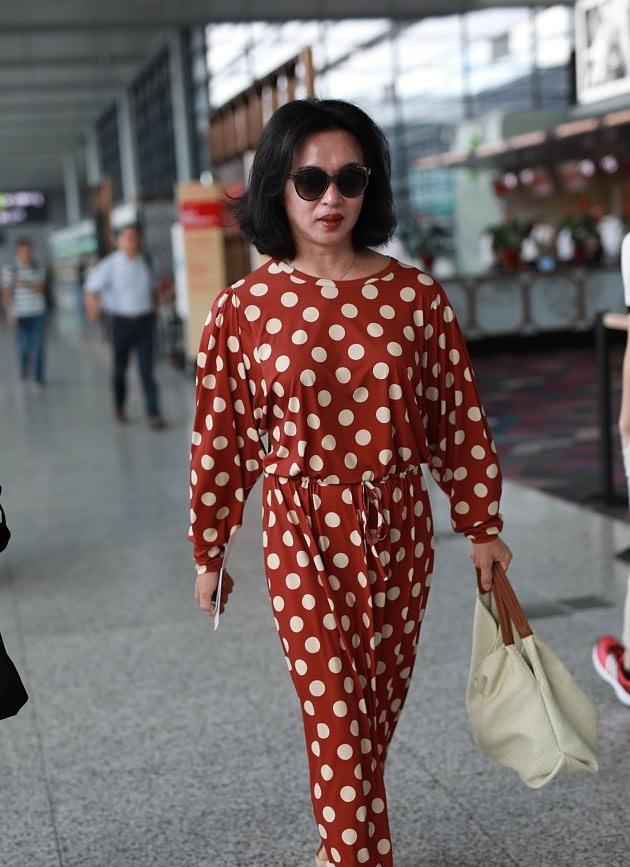 50岁的金星厉害了 挑战赵薇陶虹同穿波点裙