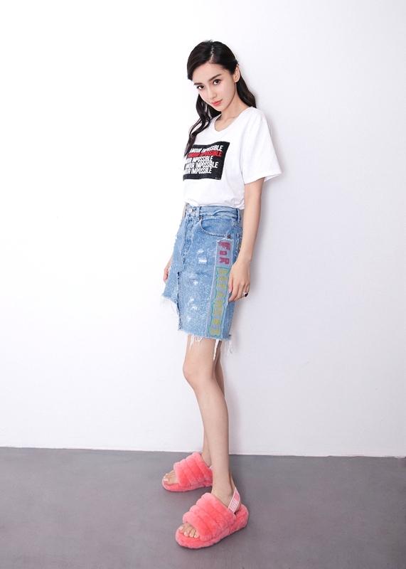 """Angelababy曝光最新街拍 实力演绎""""腿玩年"""""""