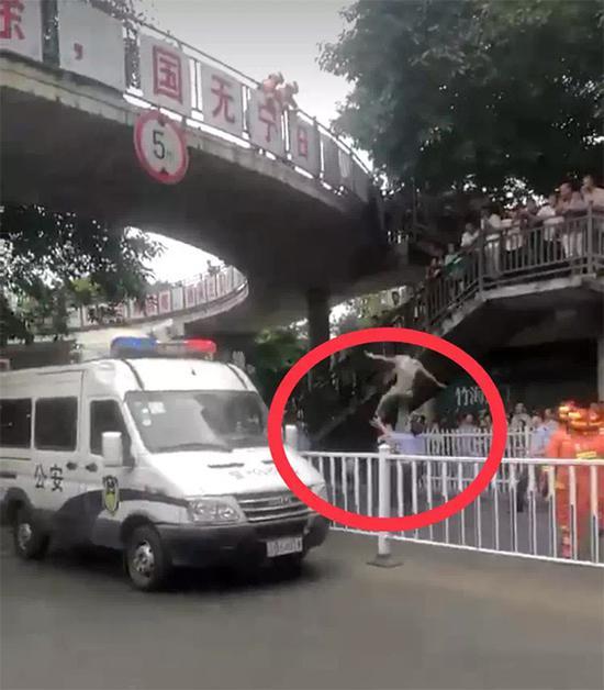 警察徒手接跳桥者 称想尽最大的力去救人