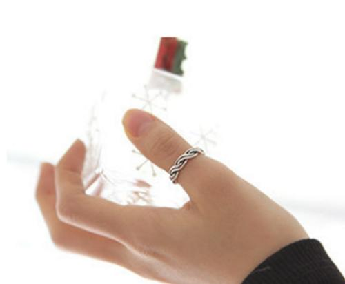 大拇指戴戒指