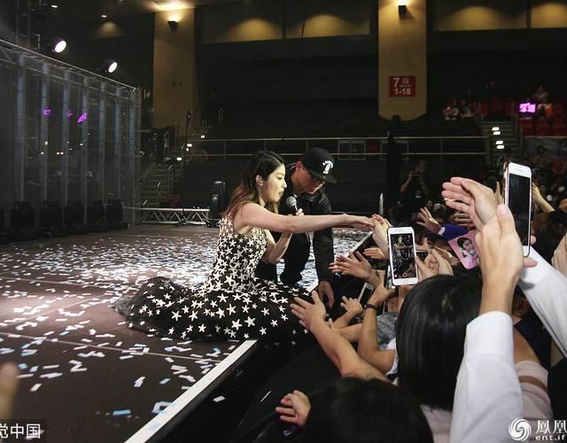 陈慧琳与粉丝握手不慎跌倒