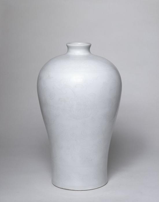 甜白釉划花缠枝莲纹梅瓶鉴赏