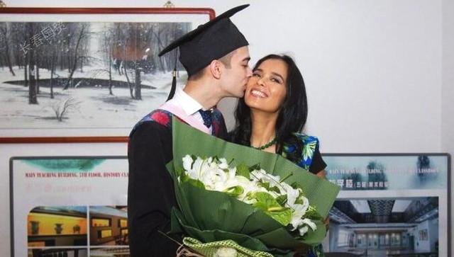 韦唯儿子北大毕业 亲吻母亲超有爱