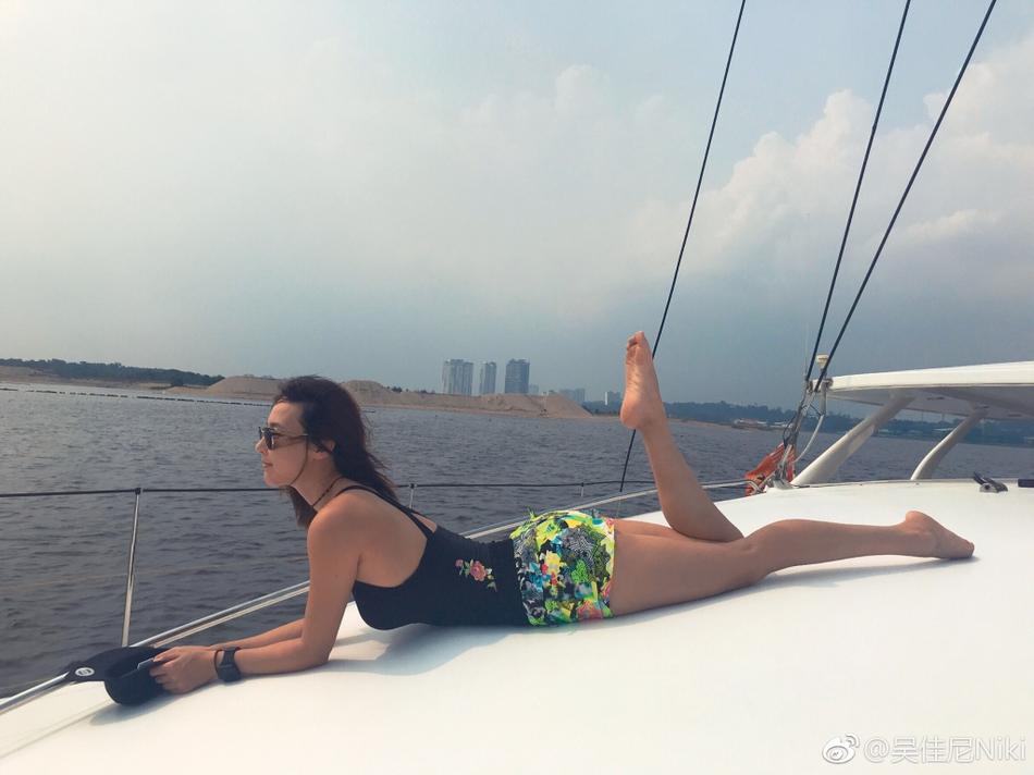 马景涛前妻大秀身材 长腿超吸睛