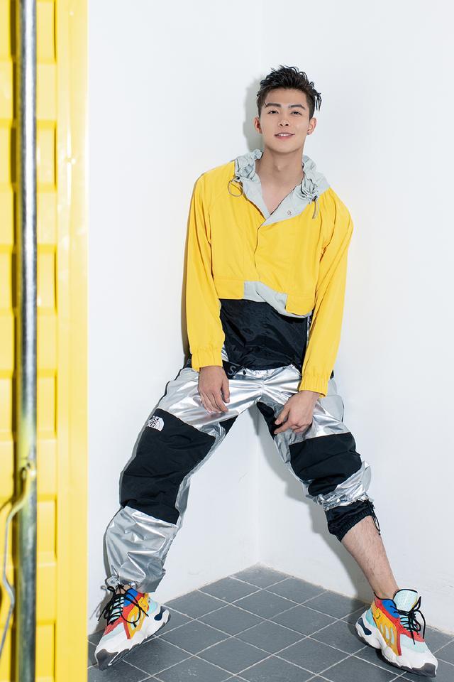 张铭恩姜黄色上衣演绎活力街头少年