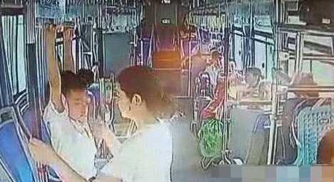 男童公交上练吊环 司机劝阻其母喊话:关你什么事