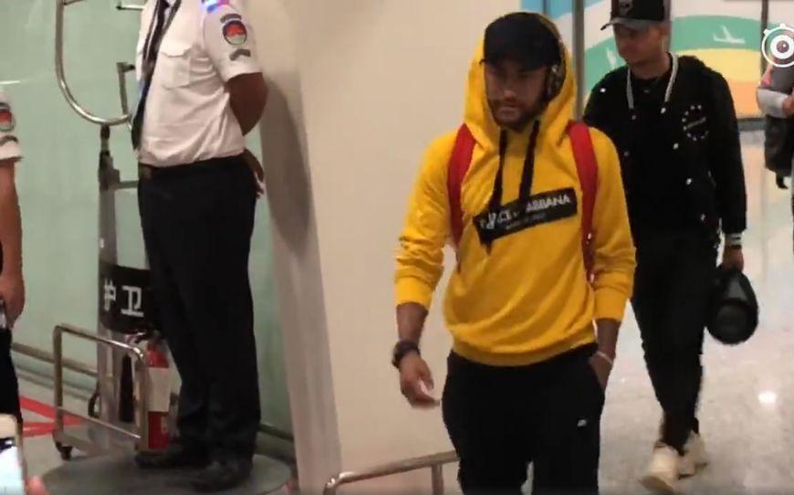 内马尔抵达深圳 第一个签名就签在了巴萨时候的球衣