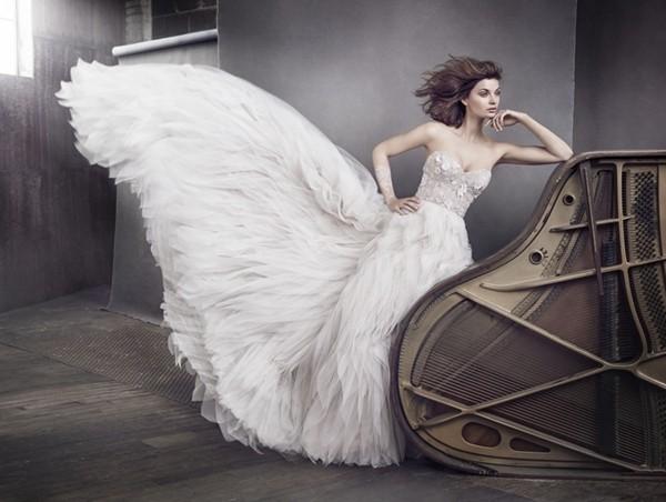 经典与时尚的完美结合 女王风范羽毛婚纱