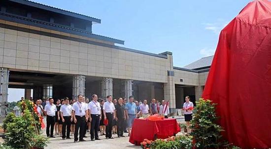 彭德怀同志雕塑搬迁落成揭幕仪式在彭德怀精神宣讲中心举行