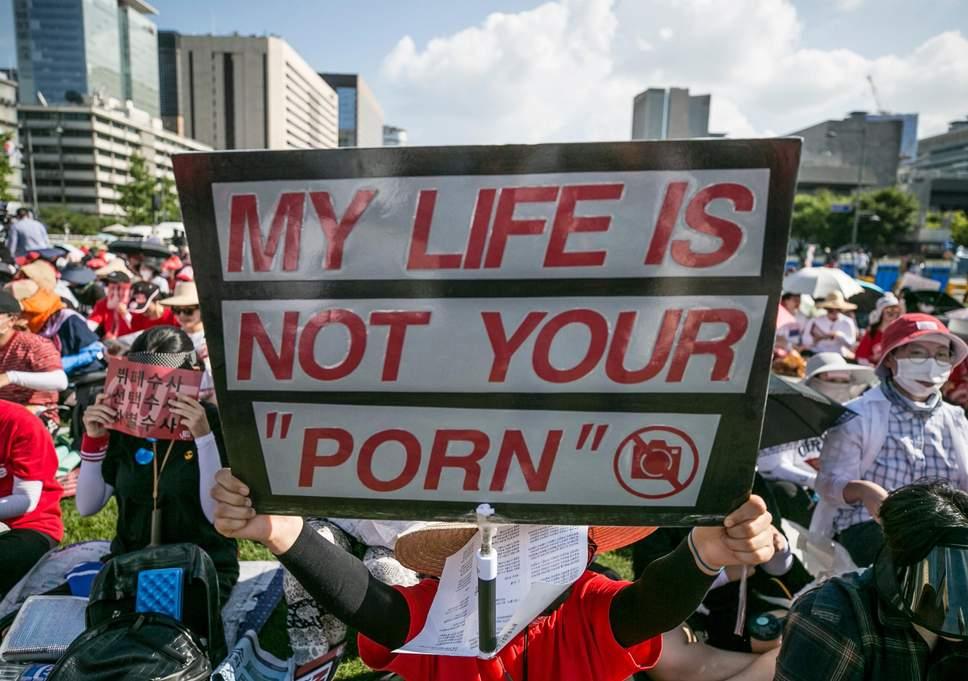 韩国女性上街抗议偷拍恶行:我的生活不是你的色情片