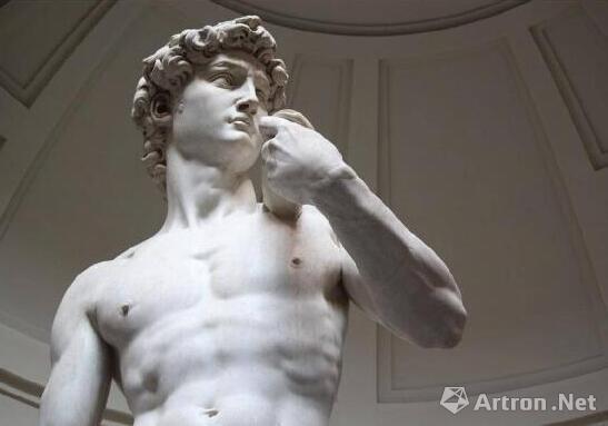 米开朗基罗《大卫》雕塑 手上拿的是什么?