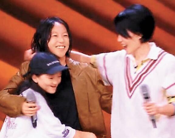 """王菲与两女儿同台 窦靖童的这句话吓得王菲直呼""""胡说"""""""