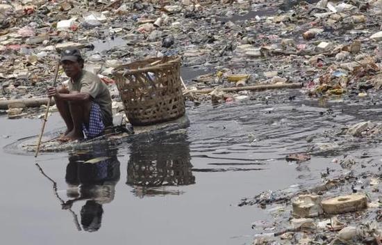 印尼母亲河成尿布河 这可严重了!