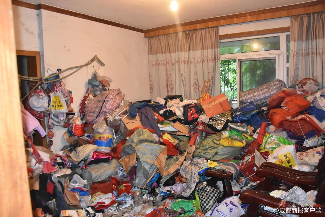 女子爱好收藏垃圾 1天时间竟运出30车垃圾