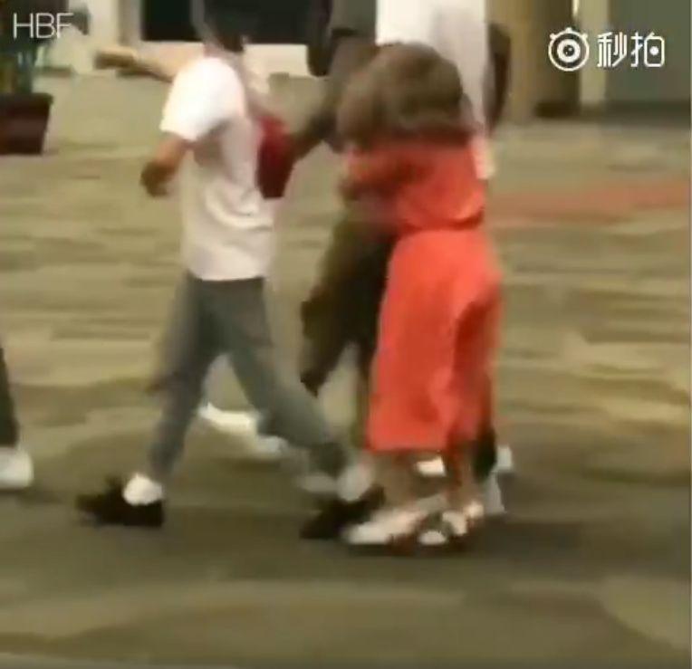 小贝一家印尼遭遇强震 4个孩子被吓得不轻