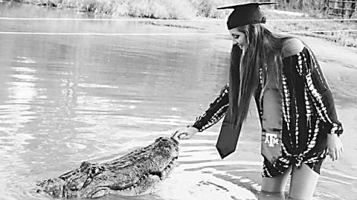 美国女生和鳄鱼拍毕业照 胆子也太大了!