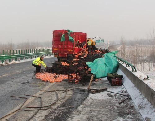载10吨酒瓶货车侧翻 大量玻璃碎片犹如刀刃阻断了道路
