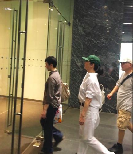 林青霞近照无人认出 头上的绿色帽子倒是非常乍眼