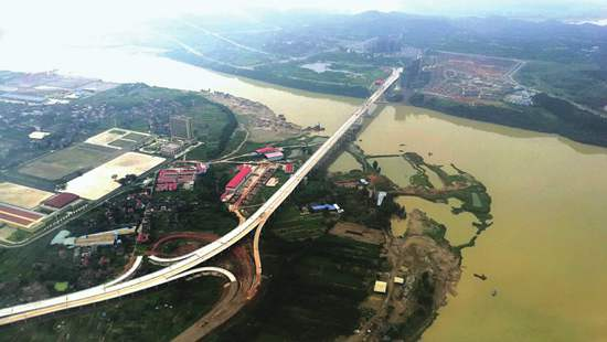 京港嘉陵江大桥进入全线铺筑沥青路面阶段