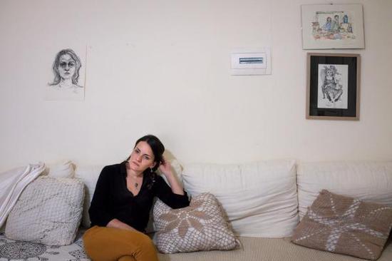 女画家阿扎·阿博·雷比耶 用画笔记录囚室中的女人们