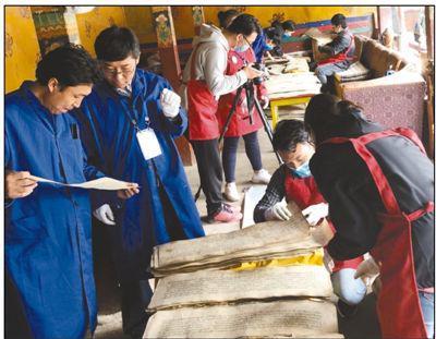 十位大学生在西藏担任古籍普查志愿者