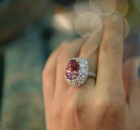 代表着圣洁和生命的红莲花蓝宝石