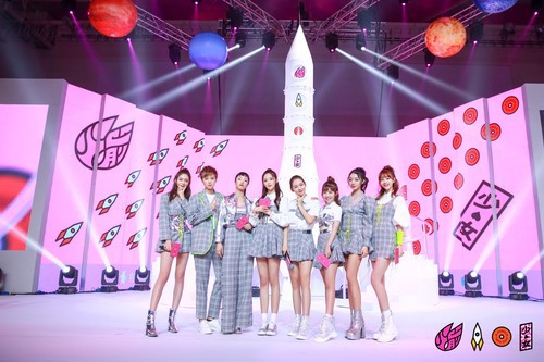 火箭少女专辑发布 现场粉丝们团魂爆棚