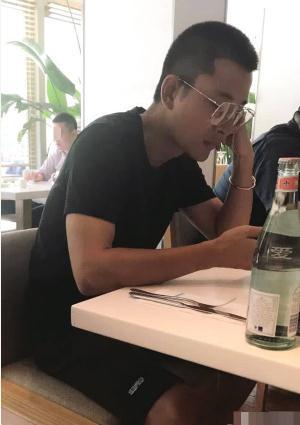 网友偶遇贾乃亮独自外出吃饭