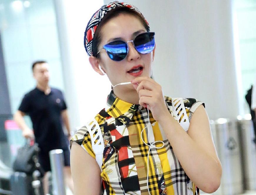 谢娜穿九千六的印花裙现身机场 没想到却把大牌穿出了乡土气