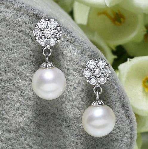 拥有这4款精美的珍珠耳饰 尽显淑女气质