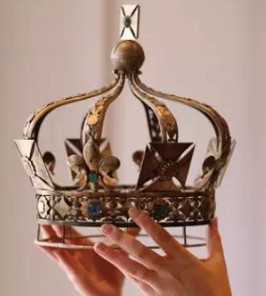 女王加冕时的皇冠佩戴的戒指出自何处 你知道吗?
