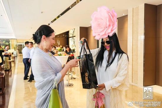 杨二车娜姆生日造型 头顶巨型玫瑰花超惹眼