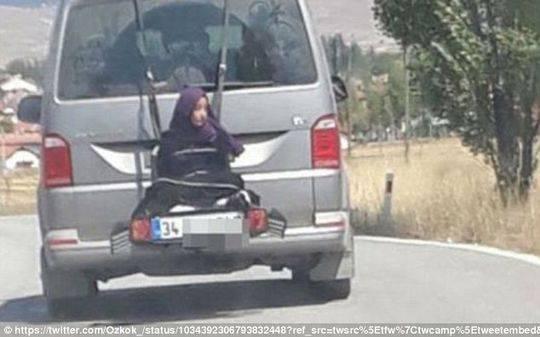 土耳其一父亲将女儿栓车尾 原本打算绑在车顶托架上