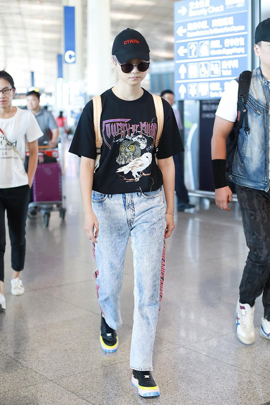 """这就是时尚 李宇春机场街拍 简易搭法致敬经典 诠释""""流行""""学!"""