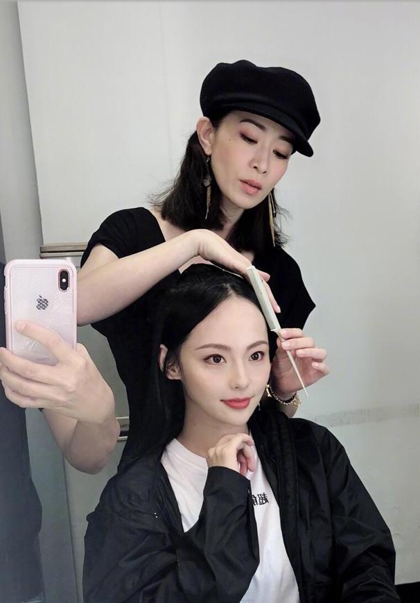 佘诗曼为张嘉倪梳头:头发是娴妃娘娘做的