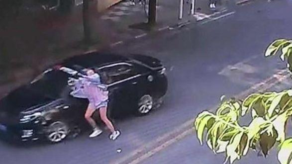 被车撞后先理发型 网友的评论有点幸灾乐祸了