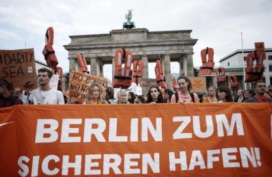 柏林汉堡游行示威 要求参议院自愿接收地中海难民