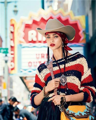 超模Zhenya Katava为《Glamour》杂志拍摄街拍大片