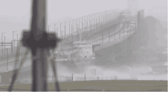 受21号强台风影响 大阪关西机场被淹