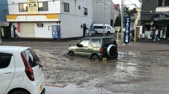 地震让北海道变色 绿油油的山一瞬间成了灰褐色