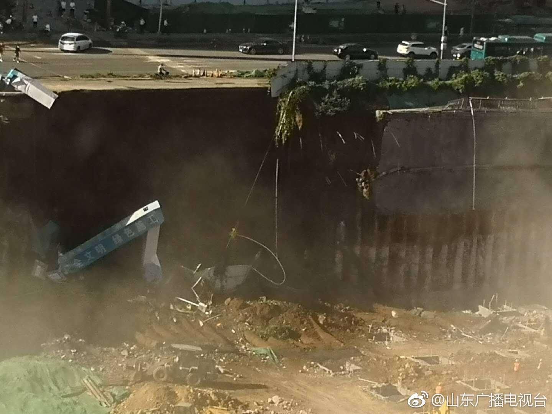 济南工地塌方 3辆救护车4辆消防车赶到事故现场