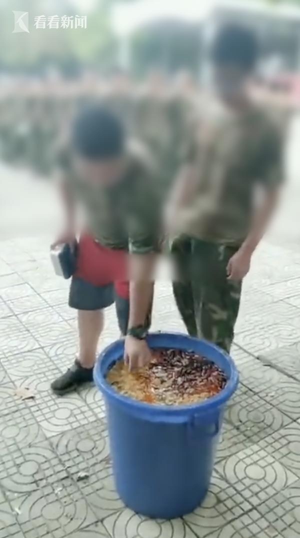 学生被罚吃泔水 野蛮军训给很多学生带来心理阴影