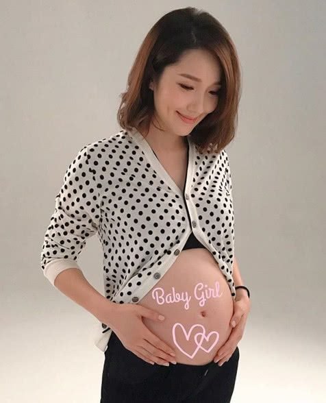 王祖蓝妻子李亚男公布宝宝性别  抚摸孕肚四肢纤细