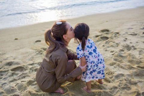昆凌甜蜜亲吻女儿 小周周都长这么高了
