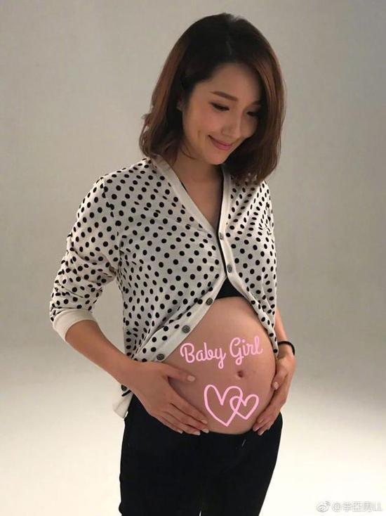 李亚男公布宝宝性别:小公主陪我一起工作她很乖