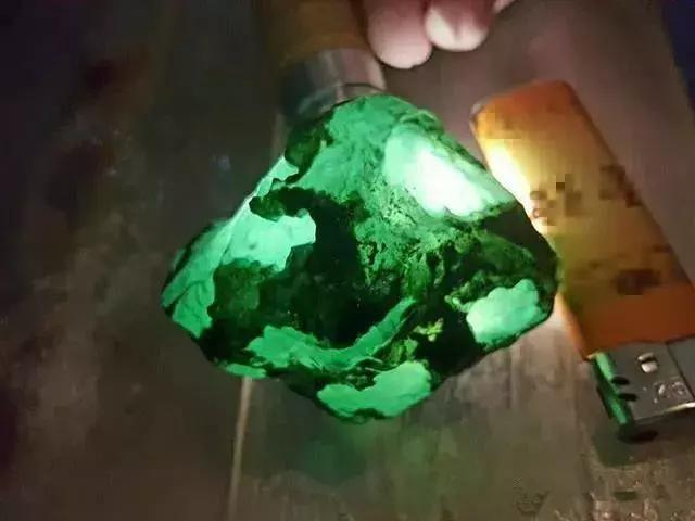 300克翡翠原石 剥皮就变绿灯笼 笑佛更是迷倒众生