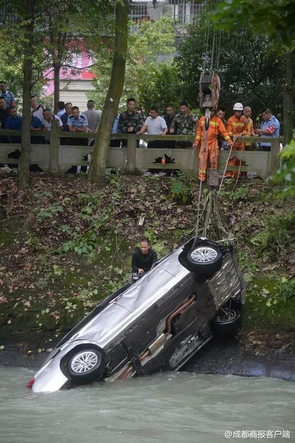 小伙驾宝马坠河失踪 车打捞起来了人却没了